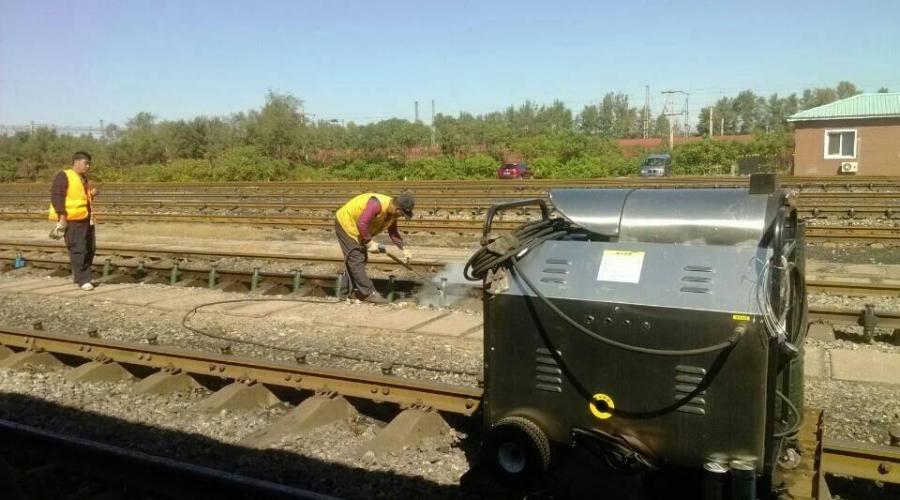 Railway equipment oil cleaning machine
